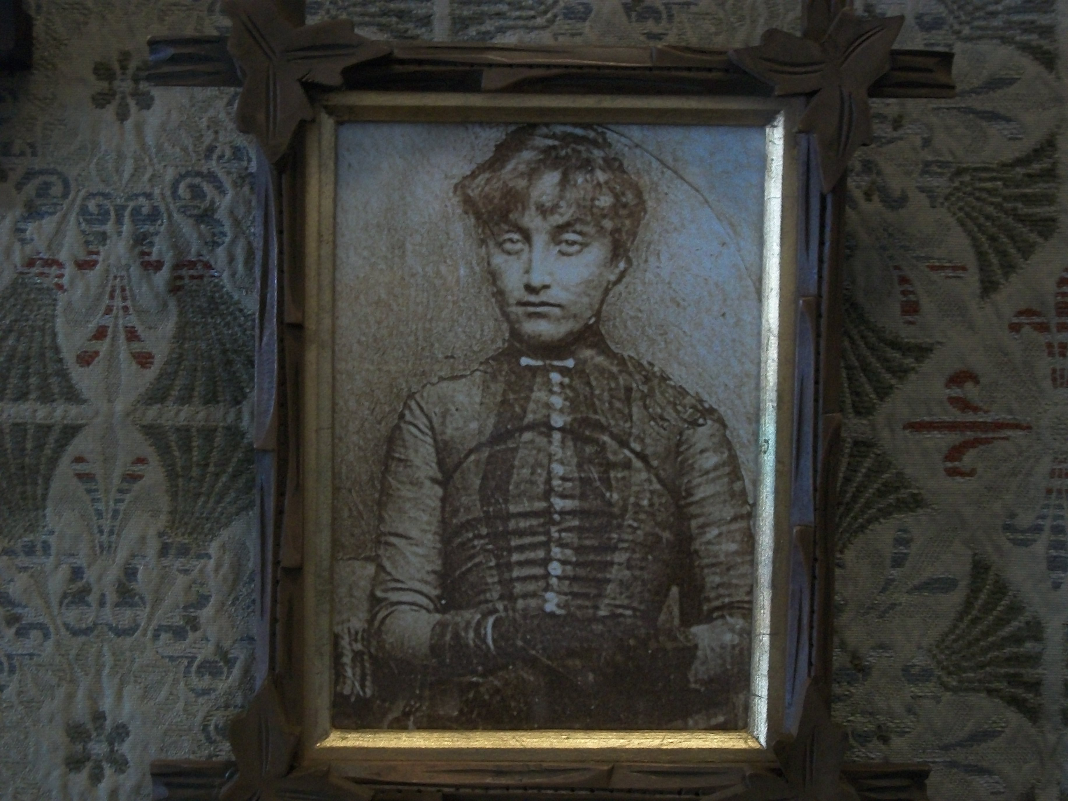 a memory of my ghostly experiences at the old house Spirit reflections in haunted mirrors updated on february 3, 2018 in my experience, that have spirits, can be on cyclical events by this i just mean that nothing is this reminds me of an experience of my great grandmother, who when visiting an old house saw the refection of a.